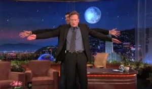 Phelps and Conan comparing wingspans on the Tonight Show.